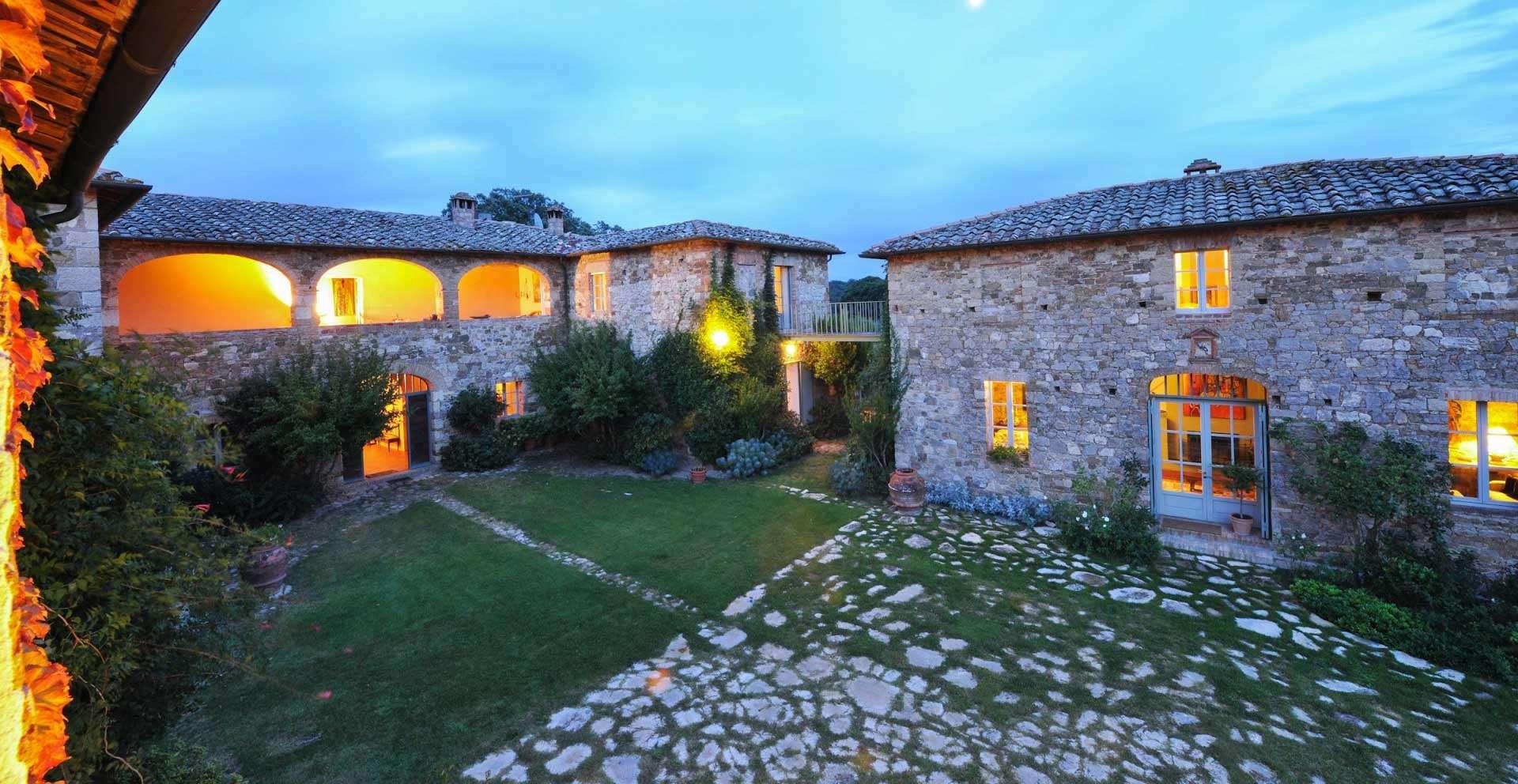 Geggianello villa - Gates lead into the beautiful courtyard.
